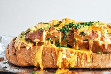 Рецепт Хлеб, запеченный с сыром, зеленью и чесноком