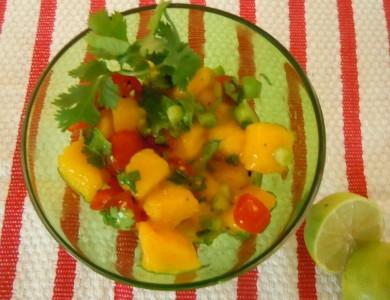 Рецепт Салат из манго с помидорами и зеленью