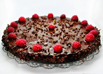 Рецепт Праздничный шоколадный пирог с малиной