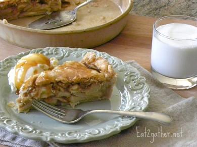Рецепт Яблочный пирог с карамельным сиропом