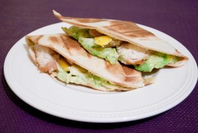 Рецепт Панини с курицей, авокадо и манго