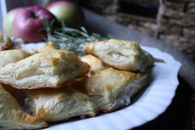 Рецепт Слойки с яблоком и козьим сыром