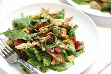 Рецепт Куриный салат с овощами и беконом