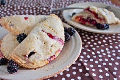 Рецепт Пирожки с персиками и ежевикой
