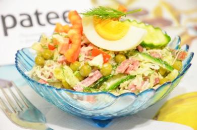 Рецепт Салат из капусты с колбасой, сладким перцем и горошком