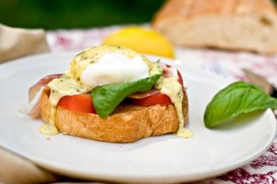 Рецепт Бутерброды с яйцами-бенедикт и помидорами