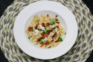 Рецепт Салат из пасты с беконом и овощами