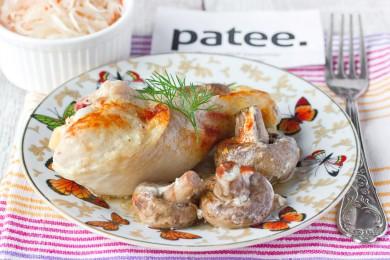 Рецепт Курица, запечённая в сметане, с шампиньонами и чесноком