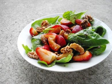 Рецепт Клубничный салат с зеленью