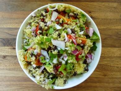 Рецепт Салат из киноа с фасолью и овощами