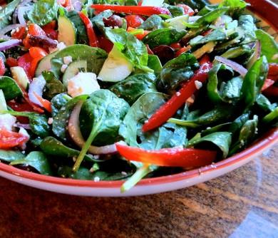 Рецепт Салат из шпината с огурцами, помидорами и фетой