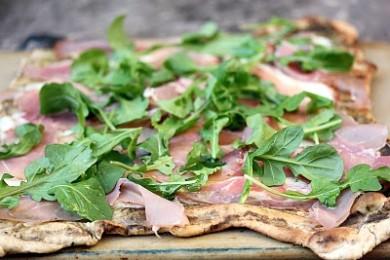 Рецепт Пицца на гриле с ветчиной и рукколой