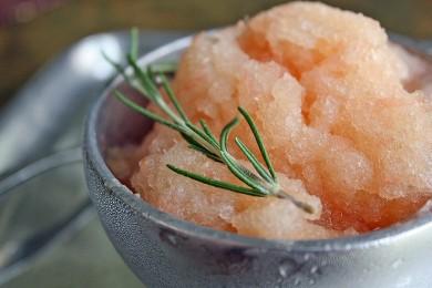 Рецепт Грейпфрутовая гранита с розмарином и водкой