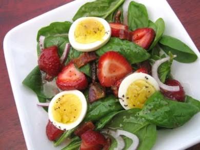 Рецепт Салат из клубники с шпинатом и яйцом