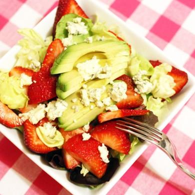 Рецепт Салат с клубникой, авокадо и сыром Горгондзола
