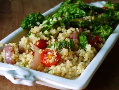 Рецепт Салат из киноа с помидорами и шпинатом