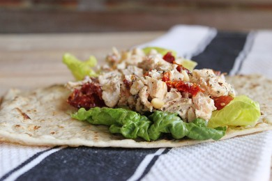 Рецепт Куриный салат с помидорами и орехами