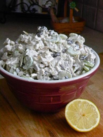 Рецепт Куриный салат с сушеной вишней