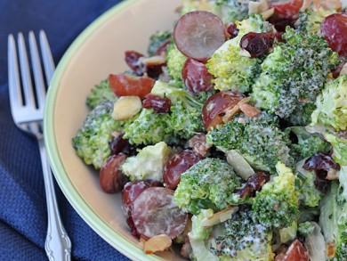 Рецепт Салат из брокколи с виноградом