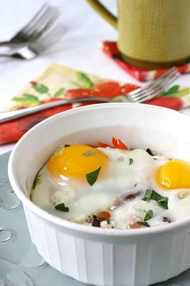 Рецепт Яичница с оливками и козьим сыром