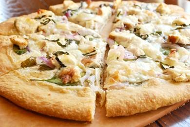 Рецепт Пицца с курицей, шпинатом и соусом альфредо