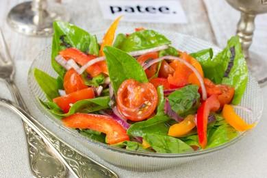 Рецепт Витаминный салат со шпинатом, помидорами черри и сладким перцем