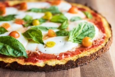Рецепт Пицца из цветной капусты с сыром, помидорами и базиликом