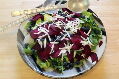 Рецепт Салат из свеклы с зеленью и козьим сыром
