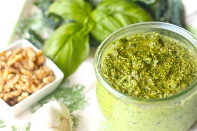 Рецепт Базиликовое песто с орехами и капустой кале