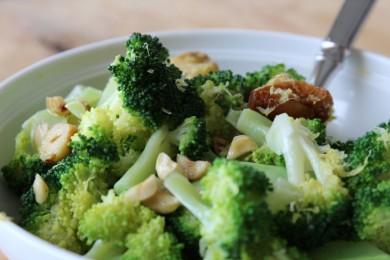 Рецепт Салат из брокколи с лесным орехом и чесноком