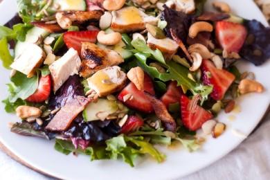 Рецепт Летний куриный салат с зеленью и клубникой