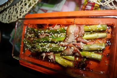 Рецепт Спаржа под сыром в беконе