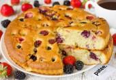 Пирог с клубникой и ежевикой