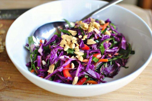 Салат из капусты с морковью с соевым соусом