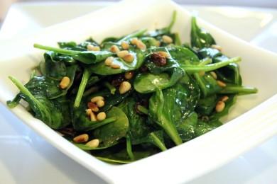 Рецепт Шпинат с изюмом и кедровыми орешками