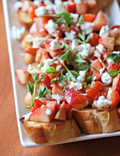 Рецепт Брускетта с помидорами и клубникой