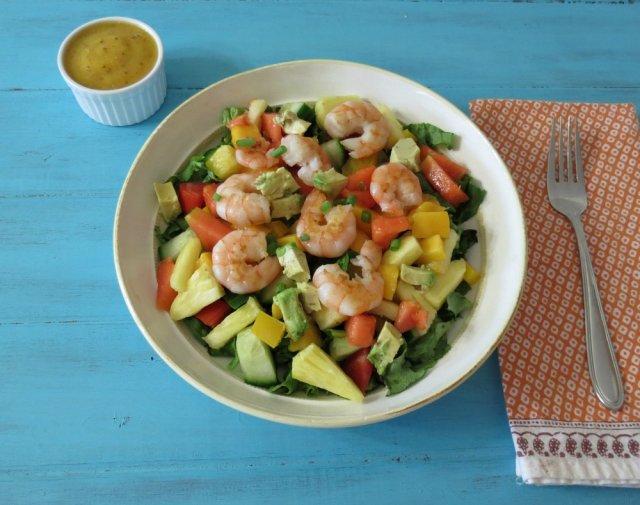 Салат с креветками и авокадо и ананасами