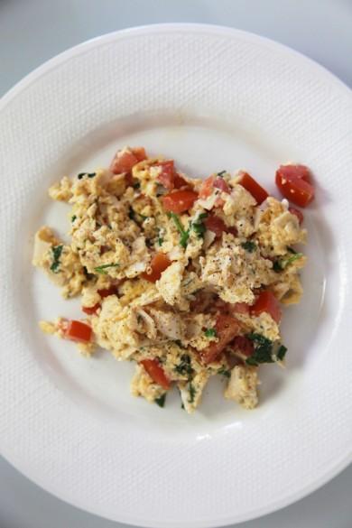 Рецепт Яичница-скрамбл с помидорами и шпинатом