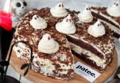 Шоколадный торт с ореховой меренгой на Хэллоуин