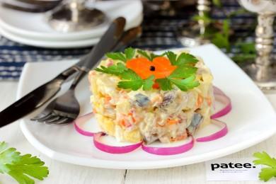 Рецепт Салат с солёной скумбрией и овощами