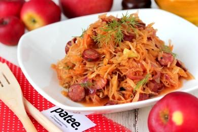 Рецепт Тушеная квашеная капуста с охотничьими колбасками и яблоками
