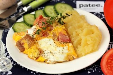 Рецепт Яичница из индюшиных яиц с салом, луком и помидорами