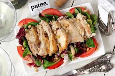 Рецепт Салат с куриной грудкой, помидорами и кедровыми орешками