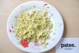 Слоёный салат из печени трески - приготовление