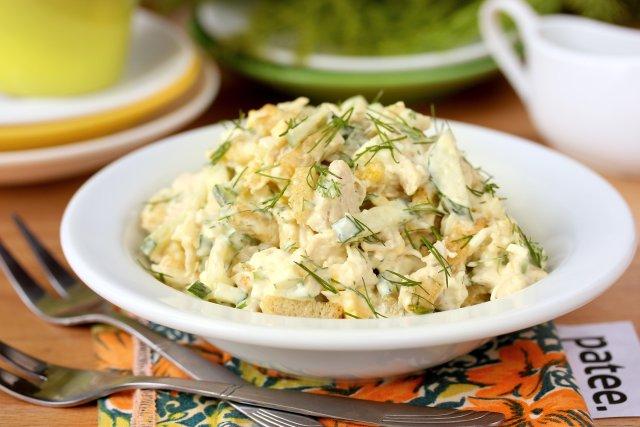 Салат с сухарями с курицей рецепт