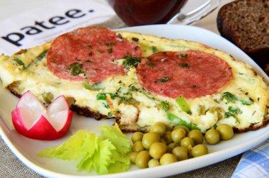 Рецепт Омлет с салями и зеленым горошком