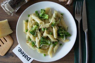 Рецепт Пенне с брокколи, зеленым горошком и чесноком