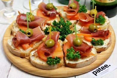 Рецепт Канапе с хамоном и помидорами