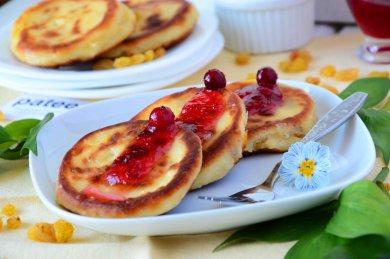 Рецепт Сырники с изюмом и клюквенным вареньем