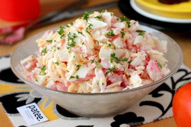 Рецепт Салат с крабовыми палочками, сыром и помидорами